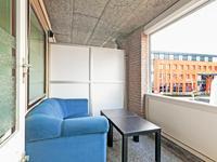 Het balkon / de loggia is met een rolluik af te sluiten. Vanuit deze beschutte en rustige plek heeft u een mooi zicht over de Markt van Bladel.