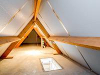 De badkamer is voorzien van aansluitingen voor een inloopdouche, ligbad en (dubbele) wastafel. Tevens is er een regelbaar afzuigsysteem aanwezig.<BR><BR><BR>2e verdieping:<BR><BR>De ruime bergzolder is bereikbaar middels een vlizotrap en heeft een betonnen vloer.