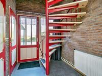 egane grond:<BR><BR>U komt binnen in de ruim opgezette hal met de trapopgang naar de eerste verdieping, toegang tot de woon-/eetkeuken en betegelde toiletruimte met fonteintje. Er bevindt zich in de hal een meterkast en een garderobe.