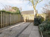 Achter in de tuin bevindt zich nog een carport voor de stalling van een caravan of camper welke toegankelijk is via een brede poort.
