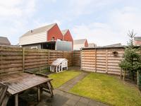 Buiten de woning: <BR>De achtertuin is via een achterompad te bereiken en afsluitbaar met een poort. De tuin is netjes aangelegd met bestrating en gazon. In de tuin bevindt zich een houten (fietsen)berging.